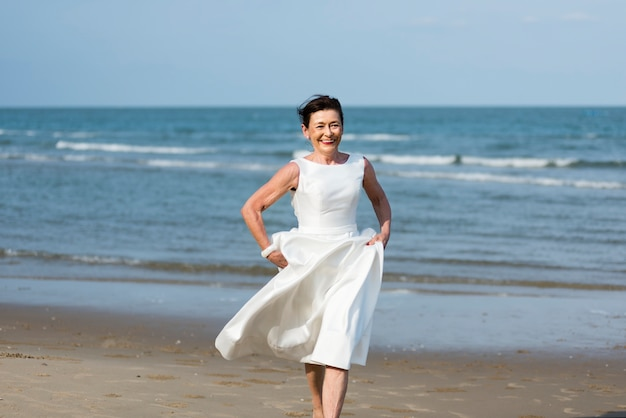 Hermosa novia junto al mar