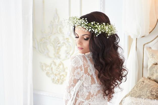 Hermosa novia en lencería y con una corona de flores