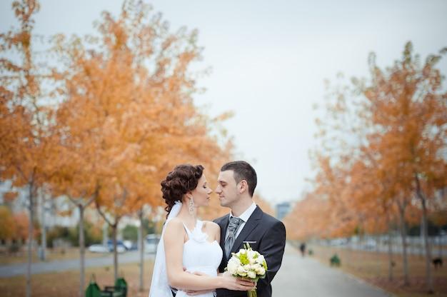 Una hermosa novia y novio