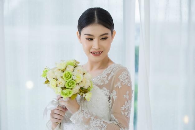 Hermosa novia con ramo de flores de boda