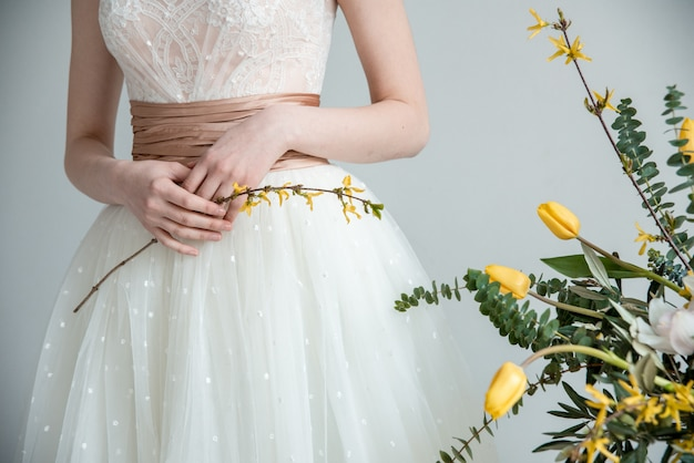 Hermosa novia con ramo de flores.