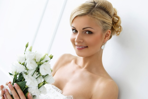 Hermosa novia con ramo