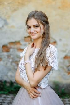 Hermosa novia retrato boda maquillaje peinado, hermosa mujer joven en vestido blanco en casa. serie.