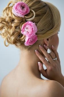 Hermosa novia con rosas en el pelo