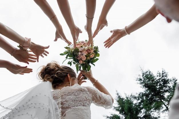 Hermosa novia está sosteniendo un ramo colorido de boda