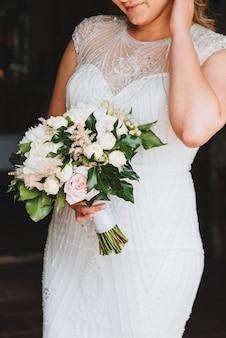 Hermosa novia sosteniendo su ramo de novia