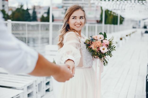 Hermosa novia con su marido en un parque