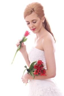 Hermosa novia con tulipanes rojos
