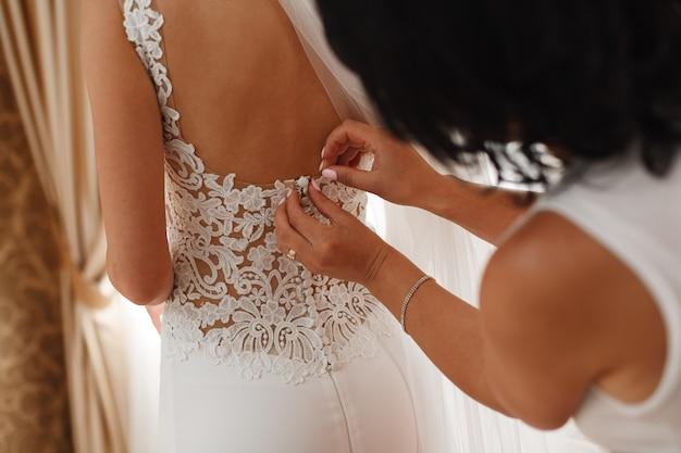 Hermosa novia vestida con una espalda descubierta interior