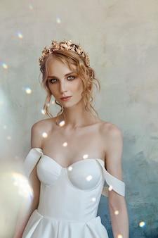Hermosa novia con un vestido blanco largo