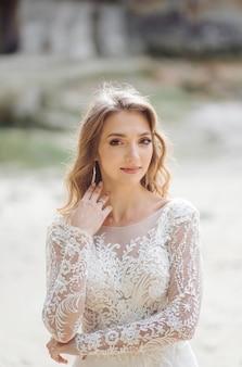 Hermosa novia en vestido blanco posando.
