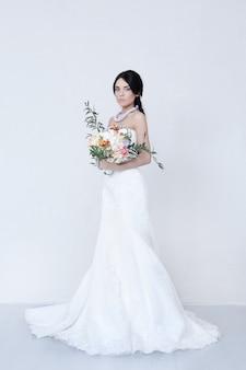 Hermosa novia con vestido blanco