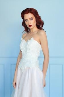 Hermosa novia en vestido de novia blanco