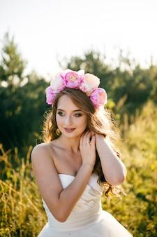 Una hermosa novia con vestido de novia