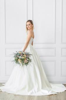 Hermosa novia en un vestido de novia