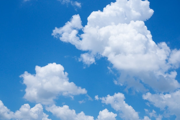 Hermosa nube blanca en la naturaleza del cielo azul