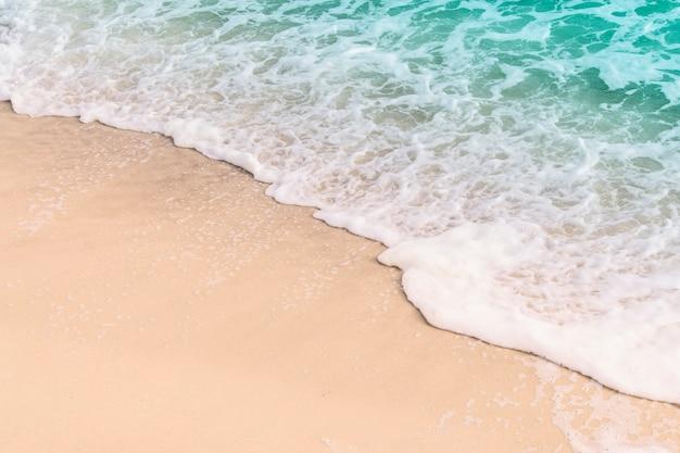 Hermosa ola de mar en la arena