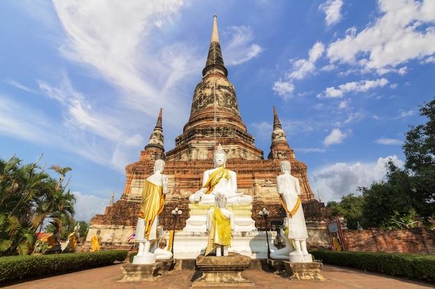 Hermosa pagoda y estatua de buda en el templo wat yai chaimongkol, ayutthaya, tailandia