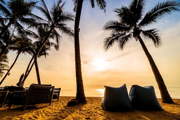 Hermosa palmera de coco en la playa y el mar