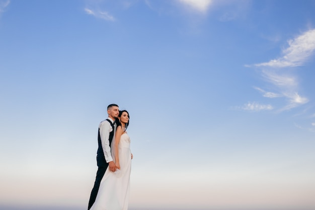 Hermosa pareja abrazándose al aire libre.