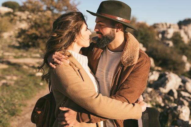 Hermosa pareja abrazándose y mirándose