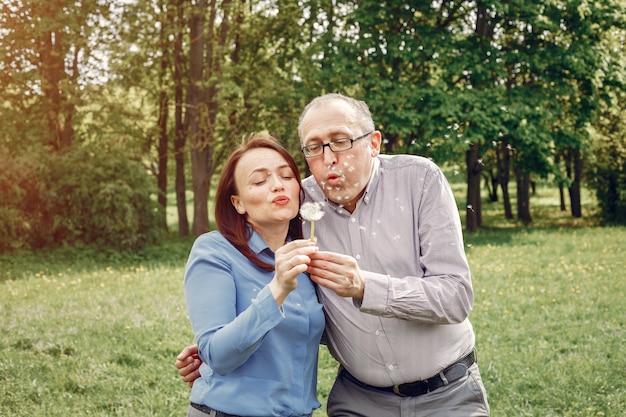 Hermosa pareja adulta en un bosque de verano