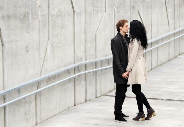 Hermosa pareja al aire libre