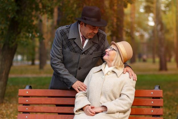 Hermosa pareja de ancianos caucásicos en el parque en otoño