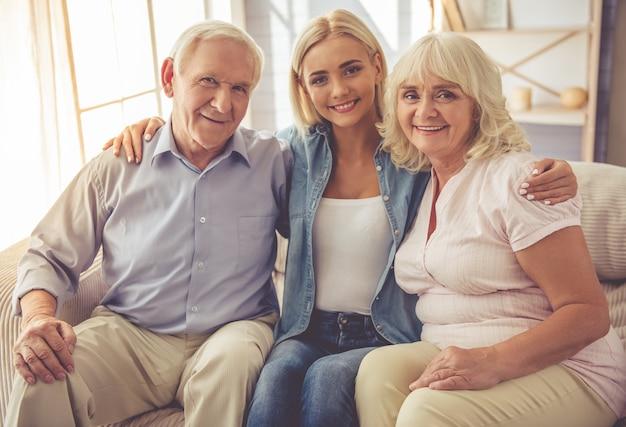 Hermosa pareja de ancianos y la niña están abrazando.