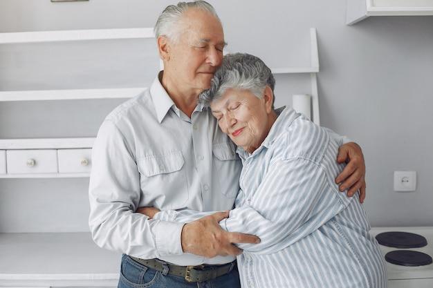 Hermosa pareja de ancianos pasó tiempo juntos en casa