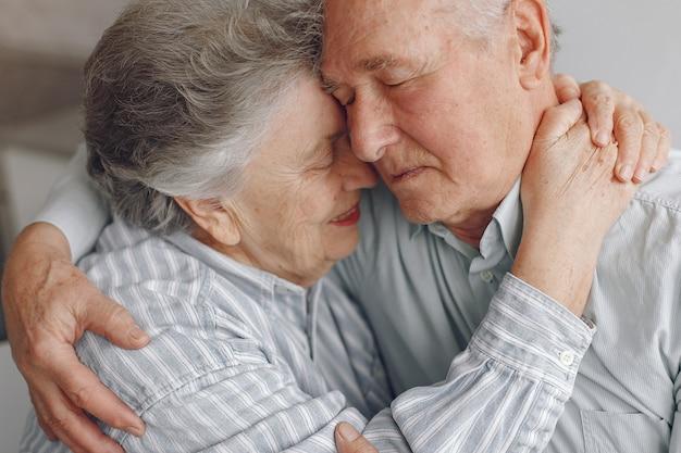 Hermosa pareja de ancianos pasó tiempo juntos en casa Foto gratis