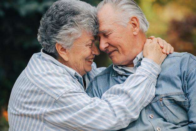Hermosa pareja de ancianos pasó tiempo juntos en un parque