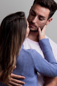 Hermosa pareja apasionada besándose