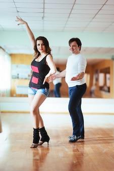 Hermosa pareja de artistas profesionales bailando danc apasionados