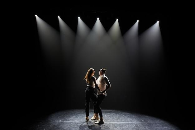Hermosa pareja de artistas profesionales bailando salsa