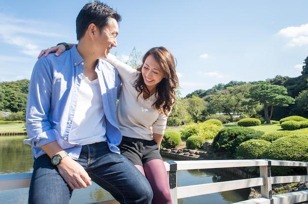 Hermosa pareja asiática que data en un parque
