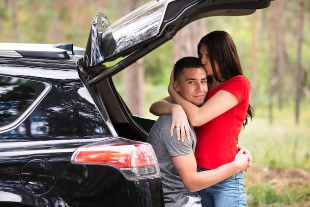 Hermosa pareja en auto tiro medio
