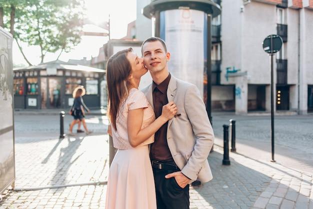 Hermosa pareja besándose en la calle