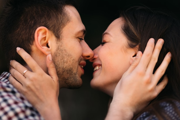 Hermosa pareja besándose closeup