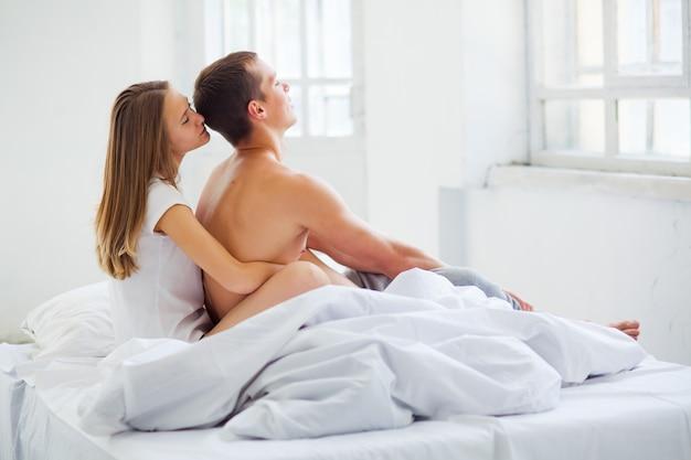 Hermosa pareja en cama