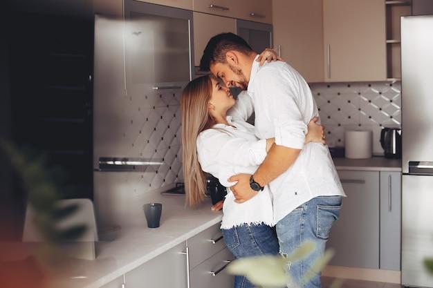 Hermosa pareja en casa