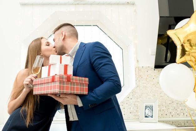 Hermosa pareja celebrando el día de san valentín