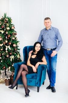 Hermosa pareja celebrando la navidad