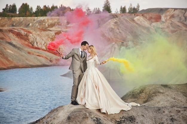 Hermosa pareja de enamorados en un paisaje fabuloso, boda en la naturaleza, amor beso y abrazo.