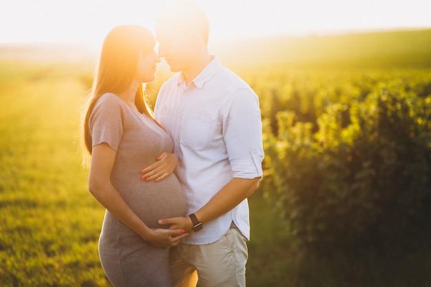 Hermosa pareja expacting para un bebé