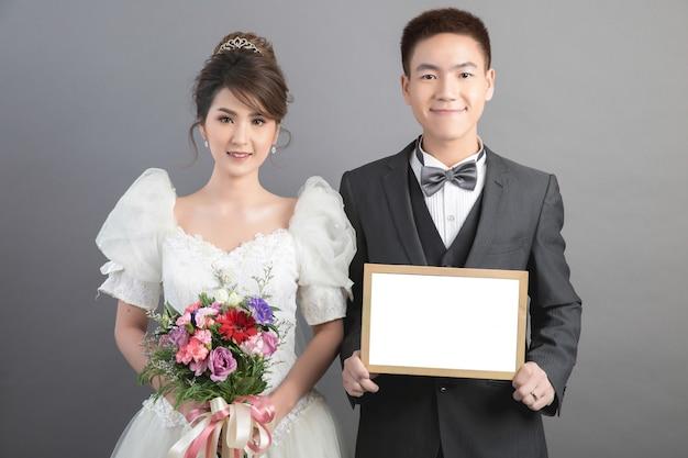 Hermosa pareja feliz en boda en estudio