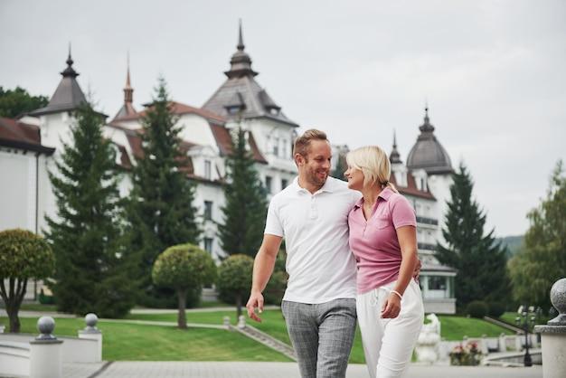 Una hermosa pareja, hombre y una mujer caminando juntos tomados de la mano. el concepto de relaciones de mediana edad.