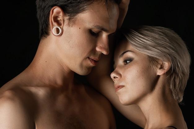 Hermosa pareja hombre y mujer en ropa interior abrazando el de la relación