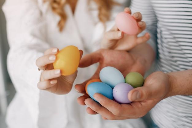 Hermosa pareja con huevos de colores