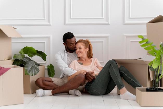 Hermosa pareja interracial preparándose para moverse